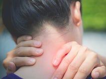 Idrotts- ung kvinna för Closeup som trycker på hennes hals vid smärtsam skada royaltyfri bild
