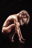 Idrotts- ung kvinna på en isolerad svart bakgrund Arkivbilder