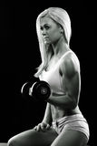 Idrotts- ung kvinna som gör en konditiongenomkörare med vikter arkivfoton