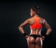 Idrotts- visningmuskler för ung kvinna av baksidan Royaltyfri Bild