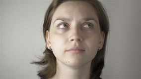 Idrottshallövning för ung kvinna och ögon stock video
