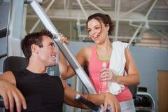 Idrottshall: Flickan flörtar med Guy At Gym arkivfoto