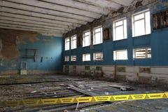 Idrottshall i den öde skolan i den Tjernobyl zonen ukraine Arkivbilder