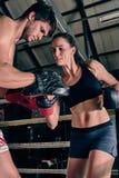 Idrottshallen för mankvinnautbildning som boxas Muttahida- Majlis-E-Amalcirkeln, vadderar blandade kampsporter f Royaltyfria Foton