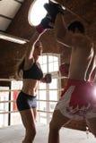 Idrottshallen för mankvinnautbildning som boxas Muttahida- Majlis-E-Amalcirkeln, vadderar blandade kampsporter f Arkivfoto