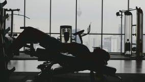 Idrottskvinna i idrottshall lager videofilmer