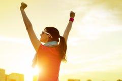 Idrottskvinna med armar som firar upp framgång Fotografering för Bildbyråer