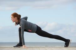 Idrottskvinna som sträcker benmuskler Royaltyfria Bilder