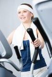 Idrottskvinnautbildning på utbildningsapparaturen i idrottshall royaltyfri foto