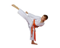 Idrottsman i en kimonotakt ett runt högt sparkben Arkivbild
