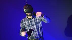 Idrottsman i VR-skyddsglasögon med avkännareboxning och utbildning i virtuell verklighet, cyberspace som slåss striden, skäggig m stock video