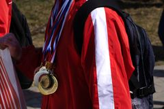 Idrottsman med en guld- medalj på hans bröstkorg arkivfoton