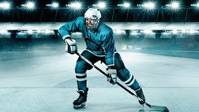 Idrottsman nen för ishockeyspelare i hjälmen och handskar på stadion med pinnen Handlingskott begrepp isolerad sportwhite fotografering för bildbyråer