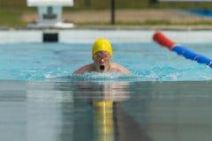 Idrottsman nen för simningbröstslaglängd Royaltyfria Bilder