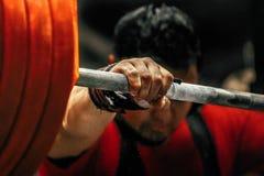 Idrottsman nen förbereder sig för squats för en powerlifter Royaltyfria Bilder
