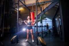 Idrottsman nen gör squats med skivstången Royaltyfria Foton