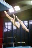 Idrottsman nen hoppar från torn på konkurrens Arkivfoton