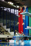 Idrottsman nen hoppar från torn på konkurrens Arkivbilder
