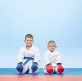 Idrottsman nen i karategi sitter i karate poserar Arkivfoto