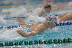 Idrottsman nen i simningkonkurrenser Arkivfoton
