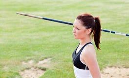 idrottsman nen koncentrerat klart kast för kvinnligjavelin till royaltyfri bild