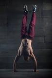 Idrottsman nen med den nakna torson som gör push-UPS på hans Royaltyfri Fotografi