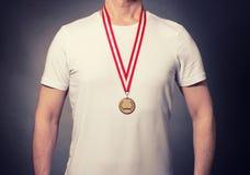 Idrottsman nen med en medalj arkivbilder