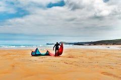 Idrottsman nen med surfing på den sandiga stranden Royaltyfri Bild
