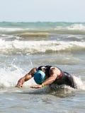 Idrottsman nen på simningprovet av Ironmanen 70 3 Pescara av Juni 18 Royaltyfri Fotografi