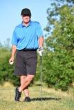 Idrottsman nen Retiree Male Golfer som poserar med Golf Club arkivfoton