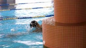 Idrottsman nen simmareutbildning längs spår i sportpölen för att simma, sunt livsstilbegrepp Simmare i blått, klart arkivfilmer