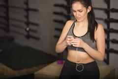 Idrottsman nen som använder bogseraren för mobiltelefonapp-kondition för spårande framsteg för viktförlust royaltyfri foto