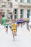Idrottsman nen som kör i den halva maraton royaltyfri fotografi