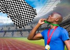 Idrottsman nen som kysser hans guldmedalj i stadion arkivbild
