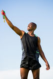 Idrottsman nen som poserar med guldmedaljen efter seger Royaltyfri Fotografi