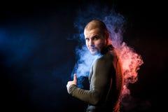 Idrottsman nen som poserar mot rök fotografering för bildbyråer