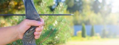 Idrottsman nen som siktar på ett mål och forsar en pil _ baner fotografering för bildbyråer