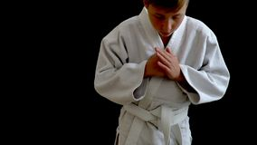 Idrottsman nen står i en vit kimono Du kan se endast delen av hans kropp Pojken girdeds med ett vitt bälte lager videofilmer