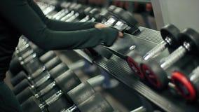 Idrottsman nen Takes en hantel för utbildande ultrarapid arkivfilmer
