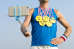 Idrottsman nen Taking Selfie med guldmedaljen Emojis royaltyfri bild