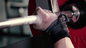 Idrottsman nen tar skivstången i idrottshallhanden arkivfilmer