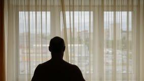 Idrottsman nen värmer upp under en ottagenomkörare i hem- rum inomhus Den vuxna mannen övar utarbetar arkivfilmer
