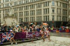 Idrottsman nenar i kvinna olympiska maraton 2012 Arkivbild