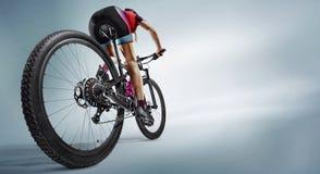 Idrottsman nencyklister i konturer på vit bakgrund Arkivfoto