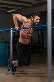 Idrottsman nenDoing Heavy Weight övning på barr Arkivbild