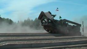 Idrottsman nenkörning mellan etapper i extrimlopp Tyumen stock video