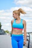 Idrottsman nenkvinnors byggande för tunn fysik för passform för sportswear idrotts- Royaltyfri Foto