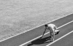 Idrottsman nenlöparen förbereder sig att springa Gemensam rörlighet övar för att förbättra böjlighet och funktion Körande spetsar fotografering för bildbyråer
