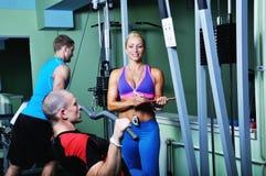 Idrottsman nenman i idrottshall med den personliga konditioninstruktören Arkivbilder