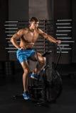 Idrottsman nenman som cyklar i idrottshallen Royaltyfria Foton